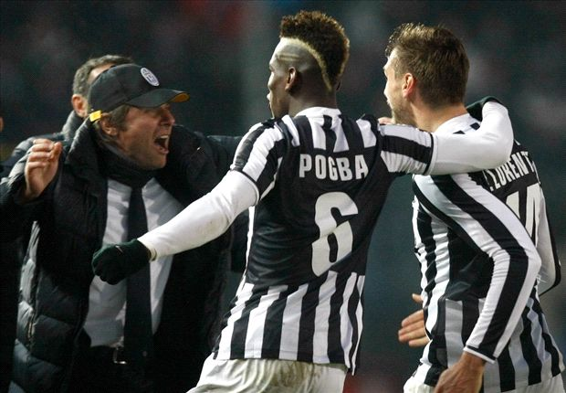 Paul Pogba feiert mit seinem Coach Antonio Conte