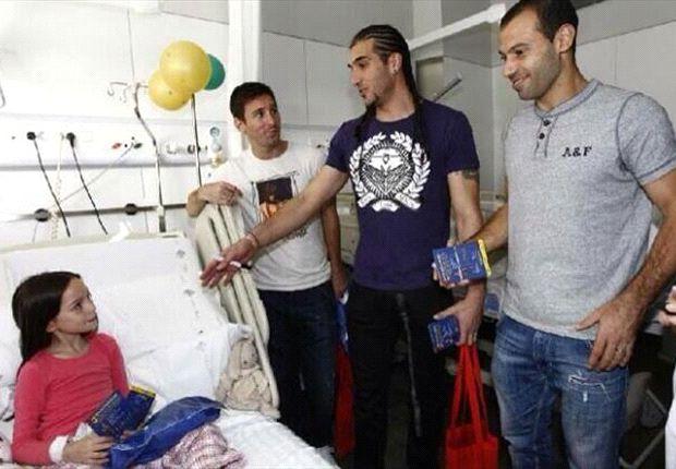 گزارش تصویری: بازیکنان بارسلونا وتوزیع هدایا میان کودکان بیمار