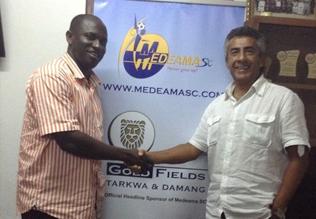 Carlos Roberto Paulett shakes hands with Moses Armah