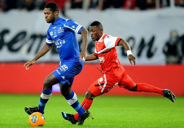 Majeed Waris going for the ball