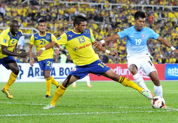 Razman Roslan tackles Khairul Amri in the 2014 Malaysian Charity Shield.