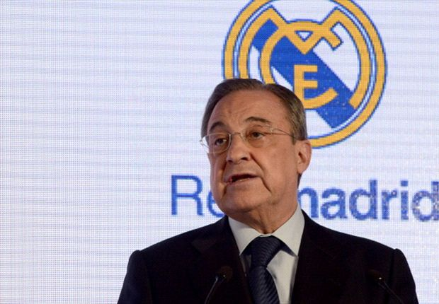 El secretario general de la FIFA recibe la camiseta del Real Madrid