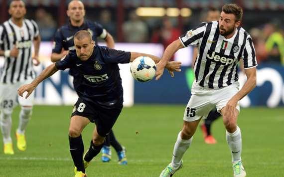 Juventus' Andrea Barzagli (R) and Inter's Rodrigo Palacio