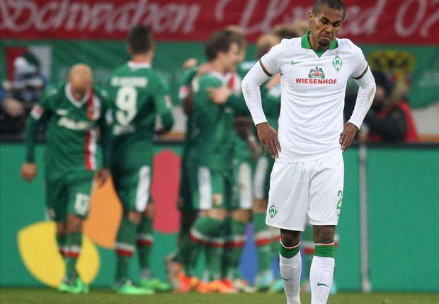 Werder Bremens Theodor Gebre Selassie ärgert sich über einen Gegentreffer gegen Augsburg