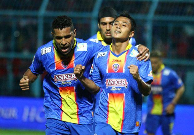 Samsul Arif tampil cemerlang saat Arema mencukur Gresik United lima gol tanpa balas.
