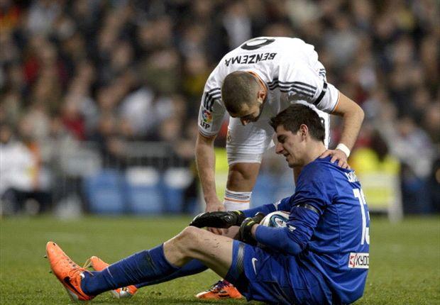 Benzema habla con Courtois. Fue un duro 3-0.