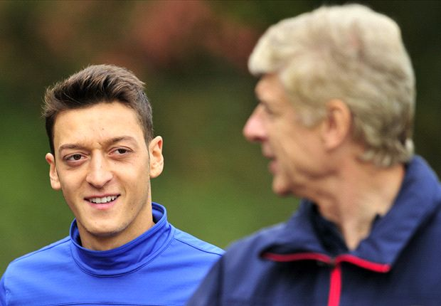 Mesut Ozil Dikritik, Arsene Wenger Pasang Badan