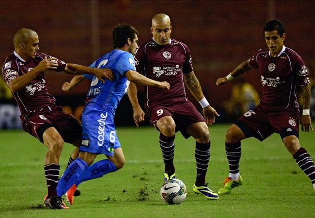 Santiago Silva nunca estuvo cómodo ante la férrea defensa chilena