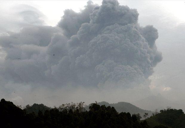 Erupsi Gunung Kelud membuat manajemen Arema Cronus membuka posko bantuan bencana