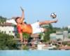 Podolski: Sprungeinlage am Pool