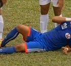 Va chạm mạnh, cầu thủ T.Quảng Ninh gãy chân kinh sợ
