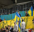 Kiev, des fans avec des masques du Ku Klux Klan