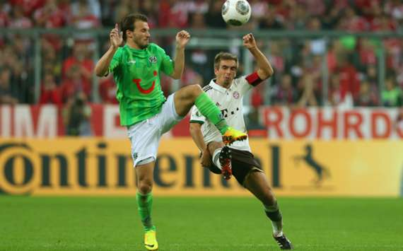 Hannover's Szabolcs Huszti (L) and Bayern Munich's Philipp Lahm