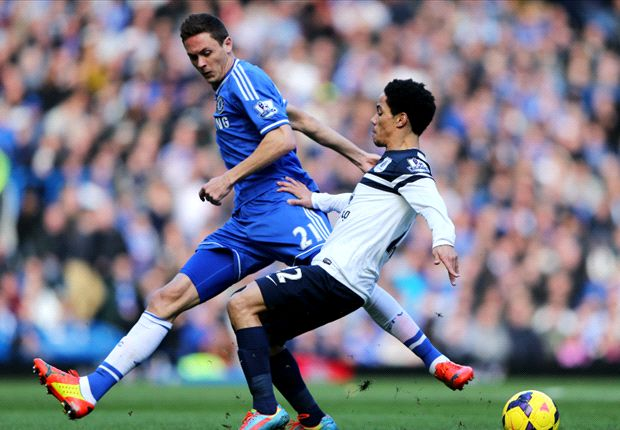 Steven Pienaar battling for possession with Chelsea's Nemanja Matic