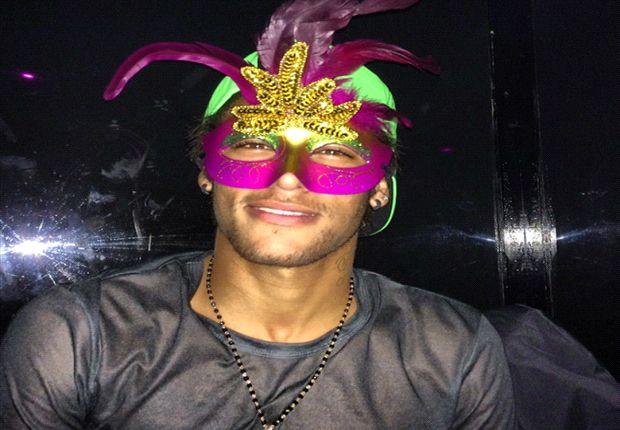 Neymar se colocó este antifaz tras el partido contra Almería