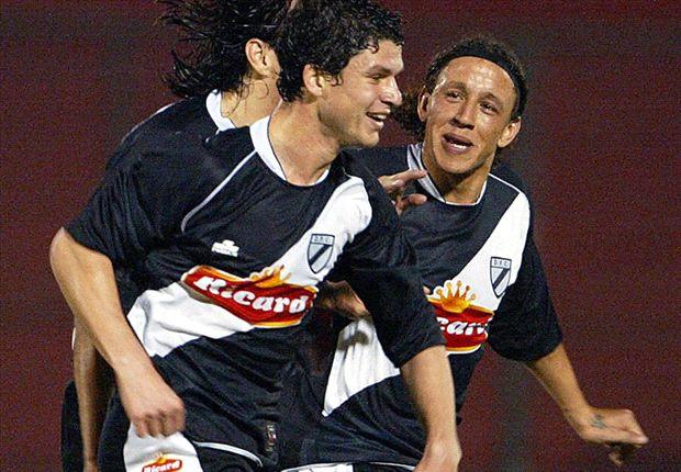 A la derecha, con el número 14 en el pantalón, durante un partido con Danubio.