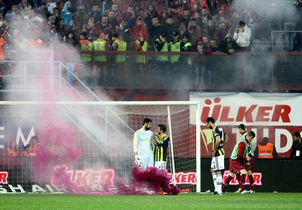 Trabzonspor-Fenerbahce clash abandoned amid fan violence