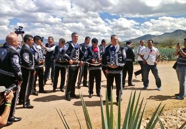 El Chivas de Guadalajara se hace la foto oficial vestidos de Mariachis