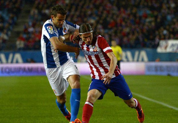 Filipe Luis, lateral brasileño del Atlético, pelea el balón con Stuani