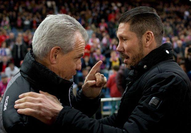 Javier Aguirre y Diego Simeone, saludándose antes de un partido