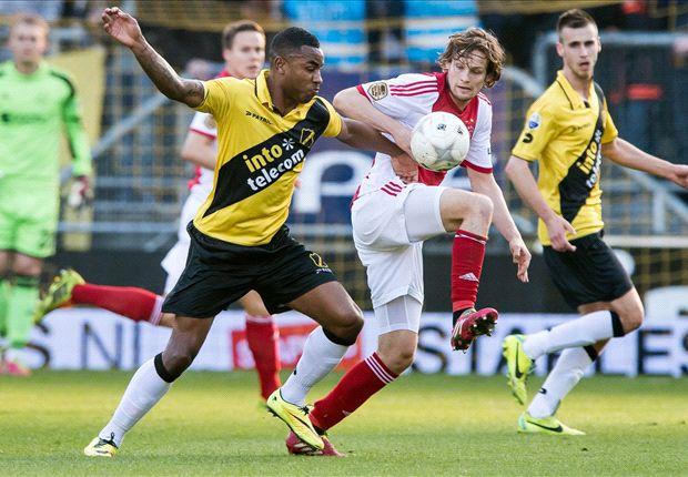 Ajax profiteert nauwelijks van misstap Vitesse