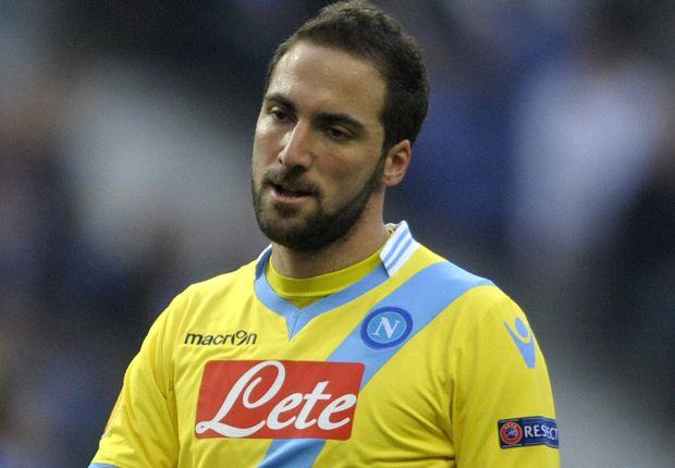 Higuaín tuvo un cruce con Rafa Benítez tras ser sustituido en el partido frente a Parma.