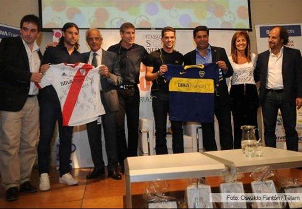 Angelici y D'Onofrio junto a los jugadores