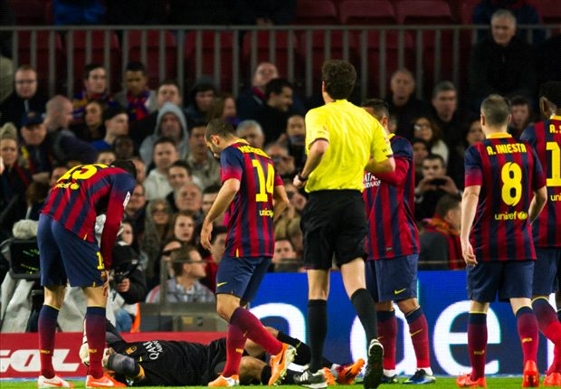 Iniesta devastated at season-ending injury for Valdes