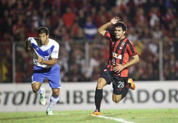 Vélez ganó en Curitiba y clasificó a octavos de final
