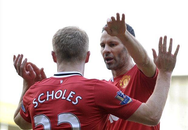 Scholes joins Giggs in taking Manchester United training