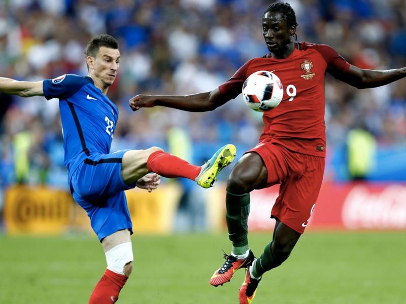 """Équipe de France, Laurent Koscielny regrette de n'avoir pas pu défendre """"différemment"""" sur Eder"""