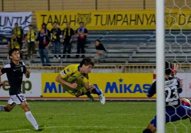 Roberto Martinez heads home the winner for Tampines deep in stoppage time.
