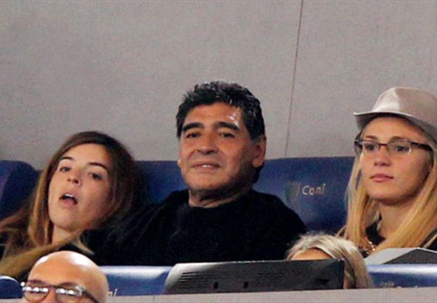 Diego junto a su ex y una de sus hijas en Roma.