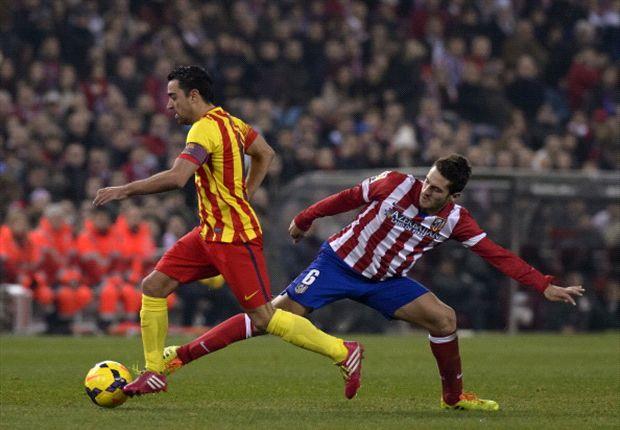 Xavi lucha con Koke en el Atlético - Barcelona de esta temporada