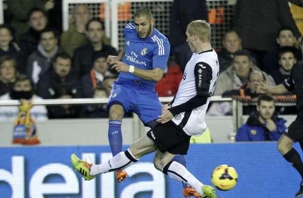 Karim Benzema Jeremy Mathieu Valencia Real Madrid La Liga 12222013