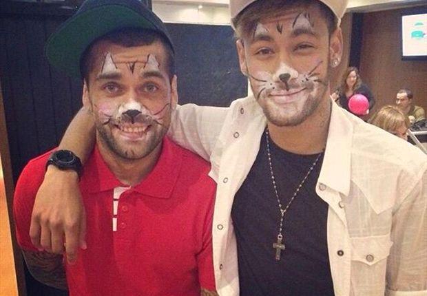 Alves junto a Neymar demostrando su sentido del humor