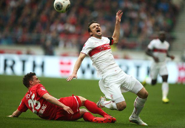 Freiburgs Oliver Sorg grätscht Christian Gentner vom VfB Stuttgart im Bundesliga-Spiel um