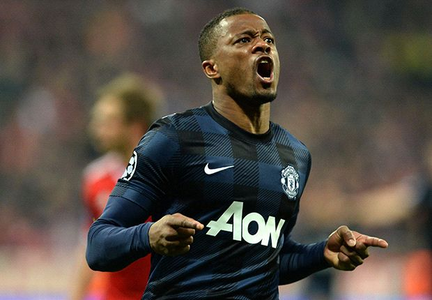 Evra signs Manchester United extension