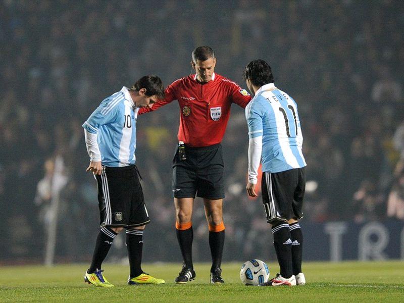 El particular vínculo entre Messi y Tevez, dos iguales opuestos