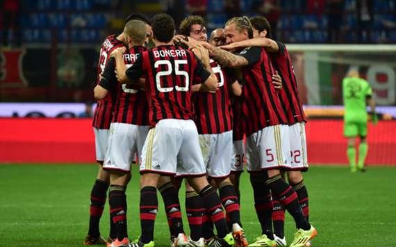 Milan players celebrate Riccardo Montolivo's goal