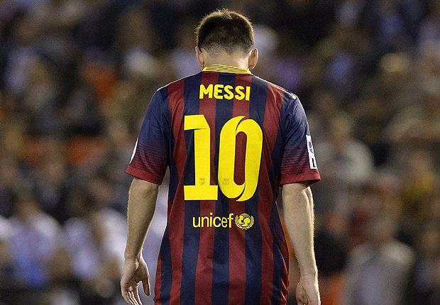 Lionel Messi es ovacionado en el Camp Nou