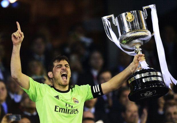 Casillas, cuando levantó la Copa por primera vez, en Mestalla