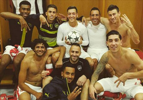 Ozil celebrates with special Arsenal photo