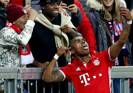 Douglas Costa celebrates goal with selfie!