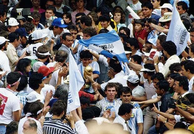 Diego Maradona con la Copa del Mundo, entre la multitud.