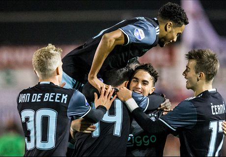 Ajax fluitend langs Kozakken Boys