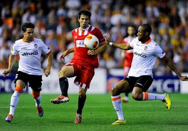 Coke y Keita luchan por un balón en Mestalla durante el Valencia - Sevilla