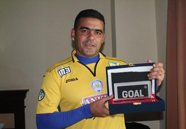 Gonzales menerima trofi penghargaan pemain terbaik ISL periode Februari 2014 versi Goal Indonesia.