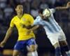Ricardo Oliveira: el brasileño debía ser el socio de Neymar, pero nunca lo logró. Entre Otamendi y Funes Mori lo controlaron sin problemas.