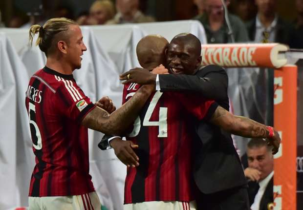 Nigel De Jong celebrates with Clarence Seedorf